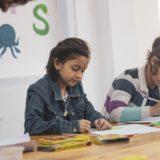 子供が勉強している画像