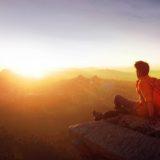 太陽を見る男性の画像