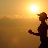 走る女性の画像