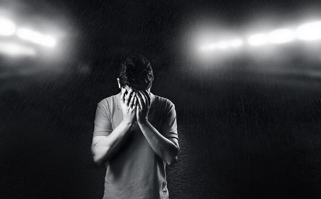 泣いている男性の画像