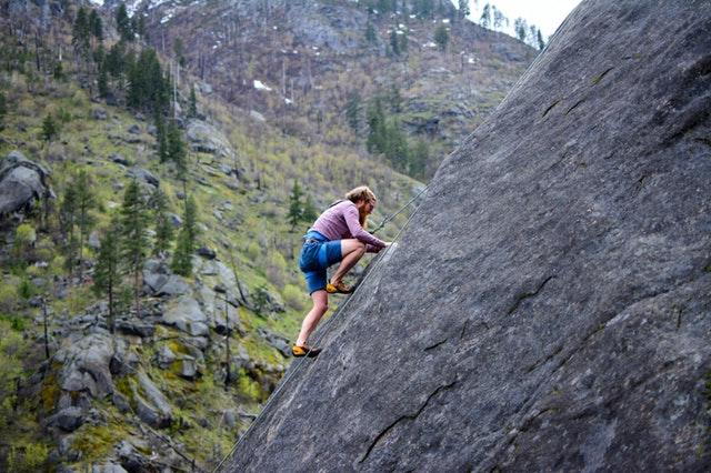 山を登る男性の画像