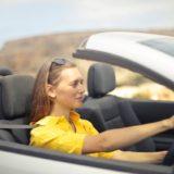 車を運転している女性の画像