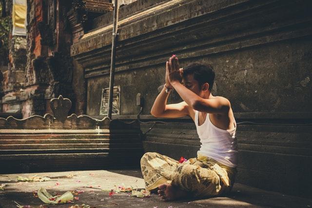 祈る男性の画像