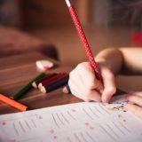 勉強する子供の画像