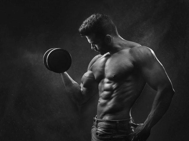 トレーニングする男性の画像